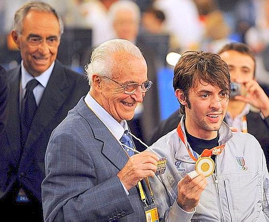 Con Matteo Tagliarol, oro nella spada a Pechino 2008. A sinistra Franco Carraro. Ansa