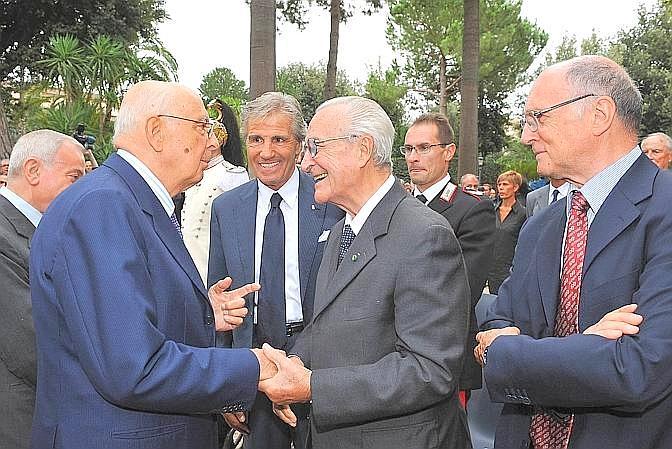 Il presidente della Repubblica Giorgio Napolitano con Nino BenvenutI, Edoardo Mangiarotti e Livio Berruti durante la celebrazione del 50° anniversario delle Olimpiadi di Roma 1960 nei giardini del Quirinale. Ansa