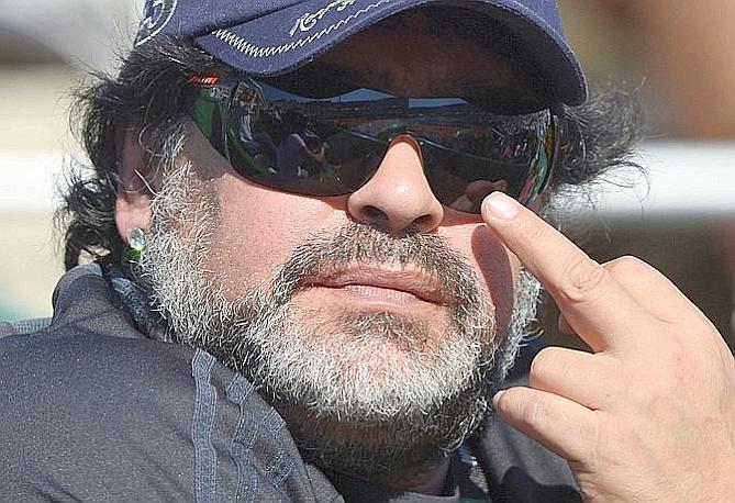 C'era anche Diego Armando Maradona sulle tribune del Parque Roca di Buenos Aires, a seguire la semifinale di Davis tra Argentina e Repubblica Ceca. L'ex Pibe de Oro si � sbracciato, ha fatto un tifo vistoso per Monaco (che ha perso il suo turno di singolare contro Berdych) e non ha risparmiato un gestaccio volgare al fotografo di turno. A fine giornata Stepanek gli ha regalato una sua racchetta. Afp