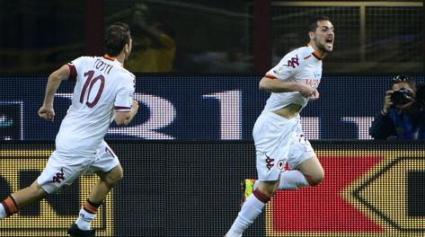 Francesco Totti festeggia con Mattia Destro, autore di una doppietta. Afp