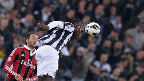 Paul Pogba anticipa Pazzini in fase difensiva.  LaPresse