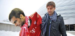 Guardiola per ora in versione cartonato, presto sulla panchina del Bayern. Ap