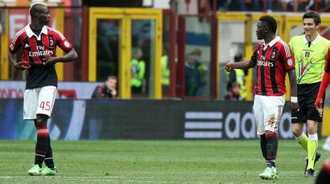 Muntari mostra il giallo a Balotelli e Damato sorride. Ansa
