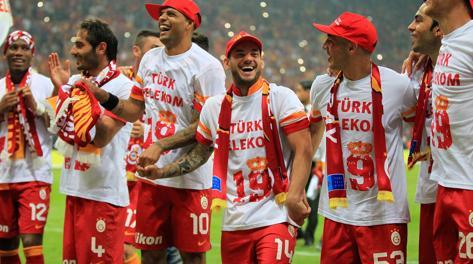 Sneijder e compagni durante i festeggiamenti del Galatasaray. Afp