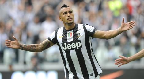 Arturo Vidal esulta dopo aver realizzato il gol-scudetto della Juventus. Reuters