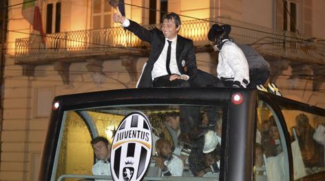 Antonio Conte sul pullman dello scudetto. LaPresse