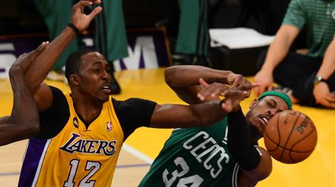 Duello tra Dwight Howard e Paul Pierce. Afp