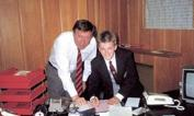 ALEX&DAVID, GIOVANI DIAVOLI   - Il primo ha annunciato l'addio dopo 26 anni di successi alla guida dello United; il secondo dopo l'ennesimo trofeo vinto, stavolta in Francia. Sir Alex Ferguson e David Beckham lasciano a pochi giorni uno dall'altro: eccoli ritratti in una storica immagine, quando l'avventura stava iniziando. Il momento della firma per i Red Devils  di un giovanissimo David, sotto  gli occhi attenti di Ferguson