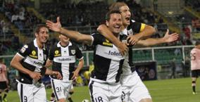 L'esultanza di Gobbi dopo il gran gol dell'1-0 per il Parma. LaPresse