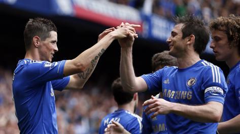 Lampard si congratula con Fernando Torres. Reuters