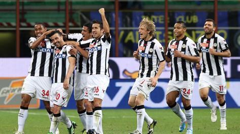 Antonio Di Natale festeggiato dai compagni, dopo il suo 23° gol in campionato. Ansa