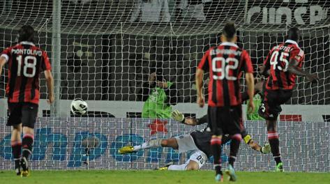 Il rigore trasformato da Mario Balotelli. Ansa