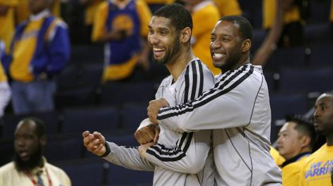 Tracy McGrady abbraccia Tony Parker. Reuters