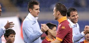 Scambio di saluti fra Klose e Totti. Eidon