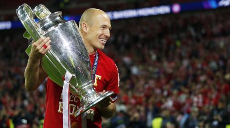 Arjen Robben mentre solleva la coppa. Ai