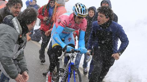 Vincenzo Nibali incitato dai tifosi. Bettini