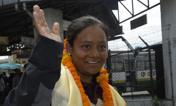 Arunima ha fatto la storia -  Arunima Sinha sorridente all'aeroporto di Kathmandu. Questa donna indiana di 26 è la prima amputata ad aver scalato l'Everest. Due anni fa Arunima aveva perso una gamba, cadendo da un treno in movimento: l'arto le era stato amputato sotto il ginocchio. Afp