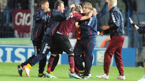Il Livorno festeggia Duncan dopo l'1-1. LaPresse