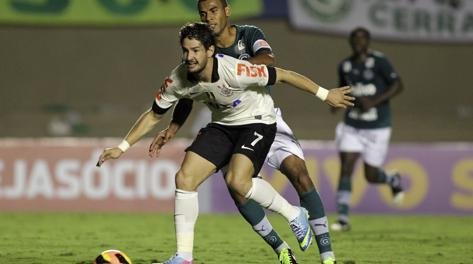 Alexandre Pato contro la difesa del Goias. Reuters