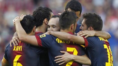 Iniesta sommerso dai compagni dopo il quarto gol del Barça. Reuters