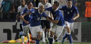 Lorenzo Insigne festeggia dopo la rete dell'1-0. Ap