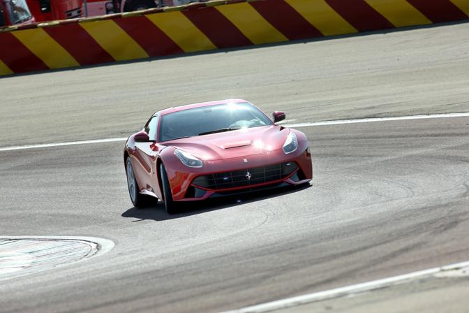 """Premio per la Ferrari F12berlinetta. Una giuria internazionale  di 86 giornalisti specializzati ha tributato alla rossa il riconoscimento di """"Best performance engine"""" dell'anno per il V12 aspirato da 6262 cc e 740 Cv. Alla F12 è andato anche il premio di Miglior motore oltre i 4 litri"""