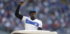 Il giro di Bolt con la maglia dell'Italia. LaPresse