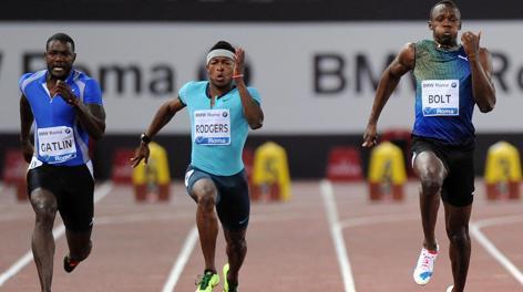 Gatlin, a sinistra, batte Bolt per un centesimo. Ansa