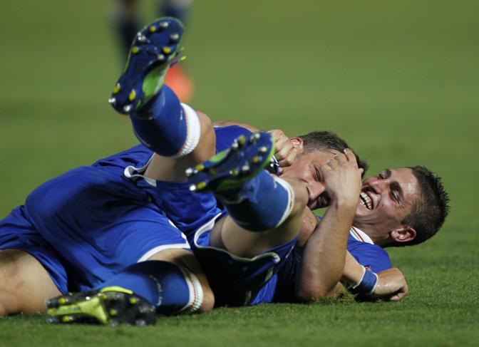 Verratti 'schiaccia' Gabbiadini nei festeggiamenti successivi al 2° gol. LaPresse