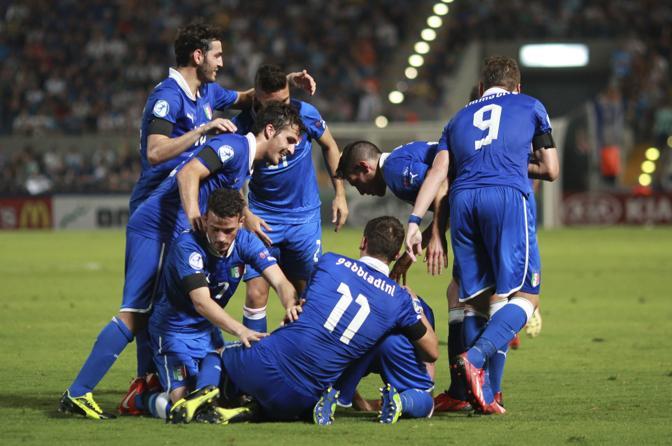 Gli azzurrini festeggiano il primo gol. LaPresse