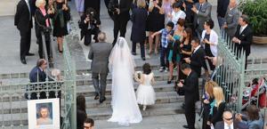 L'ingresso in chiesa della sposa. Ansa