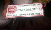 Brasile targato Balotelli   - Quando il New York Times ha inserito Mario Balotelli tra le cento persone più influenti al mondo, c'è chi si è sorpreso. In Brasile ecco un altro episodio che spiega il perché di quella scelta: a pochi giorni dal via alla Confederations Cup, a Rio de Janeiro spunta tra i gadget in vendita una targa con il nome dell'attaccante del Milan.