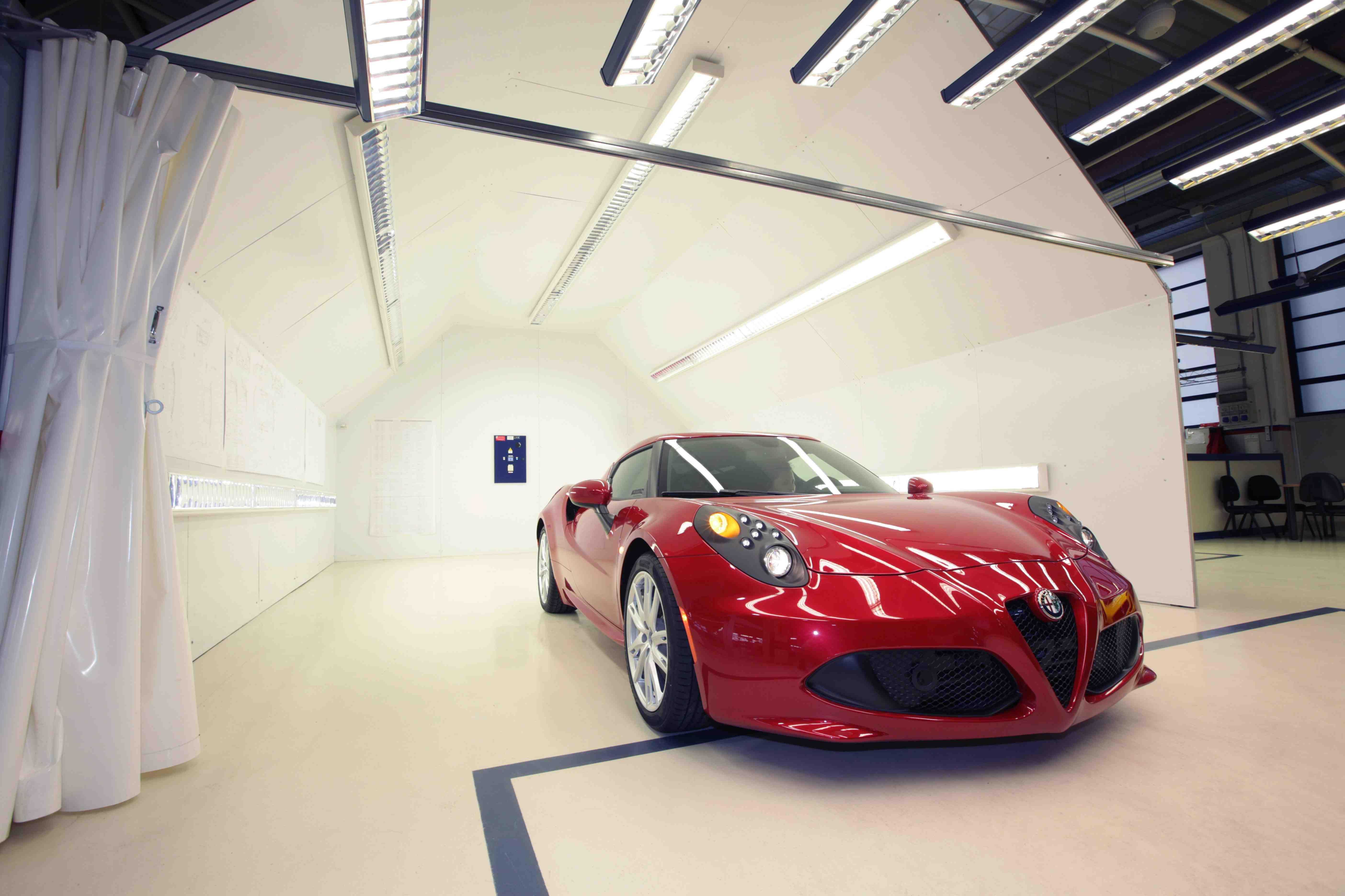 L'Alfa Romeo 4C nasce a Modena negli stabilimenti Maserati. Ecco alcune fasi della lavorazione e altri scatti della supercar negli Stati Uniti