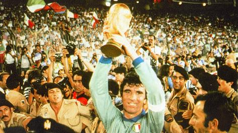 Dino Zoff con la Coppa del Mondo