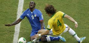 La smorfia di dolore di Balotelli colpito da David Luiz. Ap