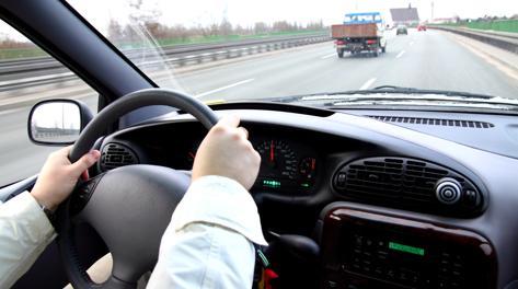 Mani sul volante con i comandi vocali. Fotolia