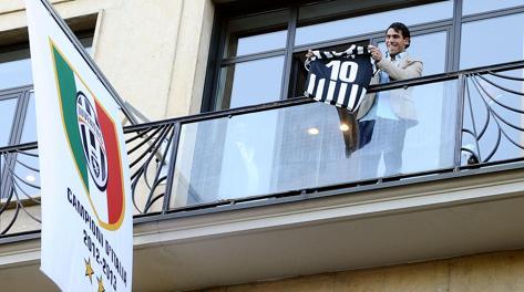Carlos Tevez affacciato al balcone della Juve. Ansa