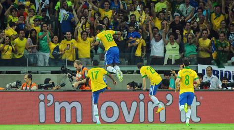 Paulinho salta di gioia dopo il gol del 2-1. Ansa