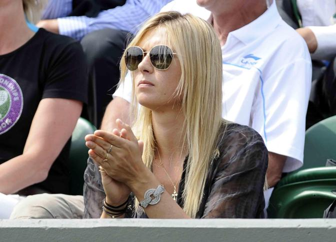 After the surprise elimination in the second round of Wimbledon (ko against the Portuguese Larcher De Brito), Maria Sharapova is enjoying the tournament in the stands. Watch her cattail (and suffering) for her boyfriend, Bulgarian Grigor Dimitrov, committed against the Slovenian Grega Zemlja. Epa