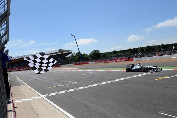 Nico Rosberg taglia per primo il traguardo. Studio Colombo