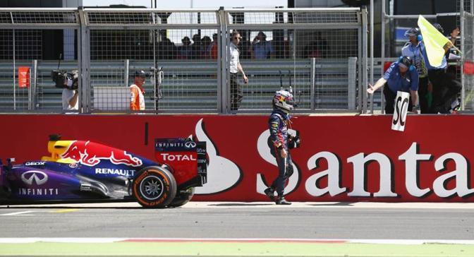 Sebastian Vettel si ferma per un guasto al cambio. Reuters
