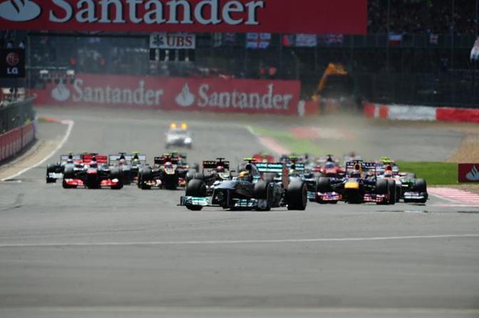 Lewis Hamilton alla partenza scatta davanti a tutti in un GP segnato dall'esplosizione della gomma posteriore sinistra sulle monoposto di Hamilton, Massa, Vergne e Perez. Afp