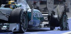 La Mercedes di Hamilton con la posteriore distrutta. Epa