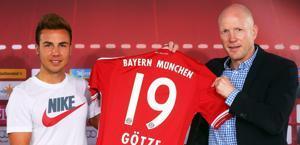 Mario Goetze mostra la sua nuova maglia del Bayern in compagnia del d.s. bavarese Mathias Sammer. Epa