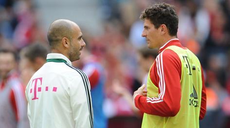 Mario Gomez a colloquio con Guardiola durante il ritiro del Bayern. Epa