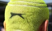 Solo il tennis per la testa - Wimbledon è sinonimo di rigore e tradizione, ma gli spettatori dell'All England Lawn Tennis Club non si risparmiano qualche stravaganza. Questa le batte tutte: un tifoso si è rasato e tinto i capelli fino a riprodurre una delle palline gialle tanto osservate in questi giorni. Quando si dice avere il tennis per la testa... Epa