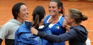 Francesca Schiavone, Flavia Pennetta (di spalle), Roberta Vinci e Sara Errani esultano. LaPresse