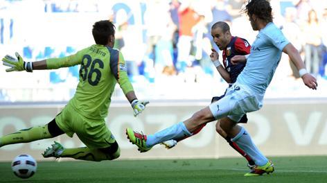 Il gol di Palacio in Lazio-Genoa del 14 maggio 2011. Ansa