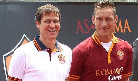 Rudi Garcia e Francesco Totti con la nuova maglia. Mancini