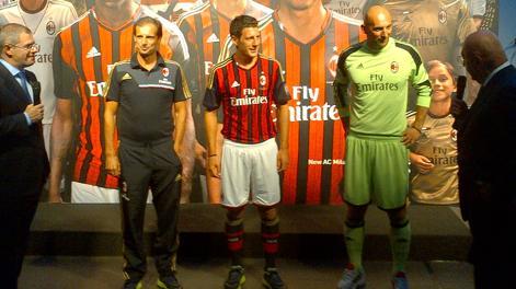 Allegri, Bonera ed Abbiati in posa con le nuove maglie del Milan